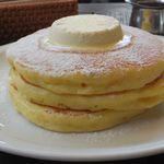 84957944 - クラッシックバターミルクパンケーキ メープルシロップ