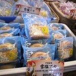 """琉球ドルチェテラス - 雪塩ブッセ。バナナの香りもするのです、フワフワまいうー。試食のところにつまようじがありますが、使うと""""悲惨""""なのでお気をつけ(笑)"""