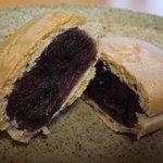 空也 - 割ってみるとこんな感じ♪さっくりとした香ばしい皮にたっぷりの餡★小豆の柔らかな香りと、爽やかな甘さが広がります。