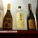 天津飯店 - カウンター上に並ぶ焼酎