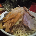 つけ麺 松ふじ - 中盛の麺には煮玉子、チャーシュー、海苔、もやし、キャベツ、メンマ