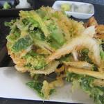 蕎麦切り屋 - 白海老と根三つ葉のかき揚げ