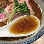 中華そば 四つ葉 - 気まぐれ限定「金笛醤油の中華そば」900円のスープ