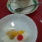 ダイニング 華 - ゼリータイプの杏仁デザートとコーヒー少し