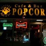 ポップコーン - CafeBarPOPCORNと黒地に黄文字の看板とネケンの置き看板とネオンが目印