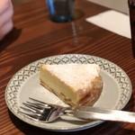 84990665 - クルミとラムレーズンのベイクドチーズケーキ