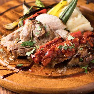"""「折爪三元豚""""佐助""""」や「菜彩鶏」など岩手県産食材が味わえる"""