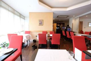 レストラン山崎 - 店内のテーブル席の風景です