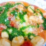 ペペロンチーノ - ジャガイモのニョッキフルーツトマトとバジリコのソース