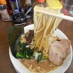 うまいヨゆうちゃんラーメン - 麺リフトアップ