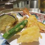 あたご三丁目 - 目の前で揚げてくれる天ぷら盛り合わせ。