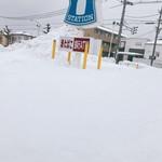 85017613 - 雪に埋もれるローソン