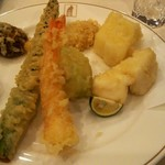 天久テラス - メインの天ぷら7種です。 天使の海老,名物キャベツの天ぷら,真鯛の天ぷら~すだちを添えて~ しいたけの天ぷら~鰹醤油をかけて~ アスパラ,トウモロコシ,セーイカです。