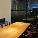 イッスイカシワ - テーブルごとにパーティションを設置してある。外庭では喫煙可。