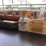 カフェ&キッチン ともあ - このテーブルの上で確認したチャイを注文