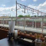 カフェ&キッチン ともあ - 窓側テーブル席から線路が見えます