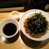 らー油肉つけうどんの南哲 - 料理写真:らー油肉つけうどん(大盛=麺茹で上がり800g) 1050円(税込) うどん屋の味玉は100円