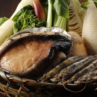 生け簀の鮑や、新鮮な食材たち
