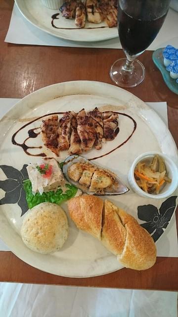 Cafe Fune - プレート。鶏肉のバルサミコソース。牡蠣、豆腐、魚のマリネ。焼きたてパンがカリカリだったりもちもちだったり美味しい。