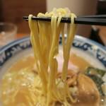らーめん 木尾田 - 三河屋製麺の細めストレート。