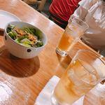 モンスタービーフ - (左)お通しサラダ ¥432(右)ピーチジンジャー ¥518