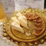 燻製バル けむパー - カマンベールチーズ 、    いちじく