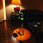 85036624 - テーブル席の横に薔薇が♪