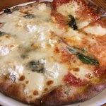 85046843 - マルゲリータと色々チーズでハーフ&ハーフ                       アップ