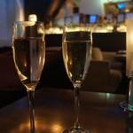 85050687 - シャンパンで乾杯