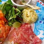 タヴェルネッタ モンテ - 豆とローズマリーのスープ、24ヶ月熟成生ハム、サラミ、自家製マヨネーズのポテサラ