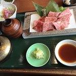 焼肉ひまわり - ご飯、味噌汁、サラダ付き