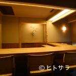 木山 - 明るいカウンターつきの個室に、シックなテーブルの個室