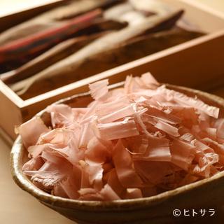 荒節、本枯節、鮪節。特注の削り箱で削る節は3種類