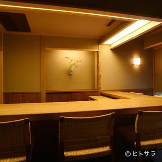 明るいカウンターつきの個室に、シックなテーブルの個室