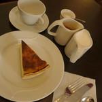 85067483 - 記者達のカフェとフラン