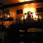 Verve - 茗荷谷の隠れ家、Bar Verve。店内には常連客が大勢いて、カウンター席を詰めても入りきらないほどだった