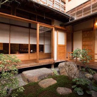 祇園に息づく粋な料理店。中庭を望む完全個室は結納や接待にも