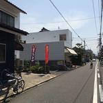 武蔵屋食堂 - 店の前の道は、かなり狭いです。(2018年5月)