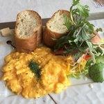 Caff'e Ponte ITALIANO - 生ハムのシーザーサラダとスクランブルエッグのモーニングセット