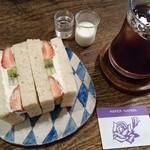 ひょうたん島 -  果物のサンドイッチ  (^_^;)))
