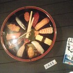 鮨処 せきや - 壁掛け時計も寿司桶
