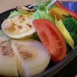 炭焼処きたぐに - 四季折々の旬の野菜を使用した温野菜のサラダ。