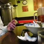 博多麺房 赤のれん - 入口付近のカウンター席