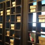 85148029 - 茶箱が並ぶ店内
