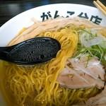 元祖一条流 がんこ総本家 - 乾物魚介系に裏支えされた鶏×豚スープは澄んでいます。塩だれは円やか割としょっぱい。浮いている鶏油に鶏の香りは薄いor入っていない。