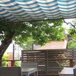 85151028 - テラス席                       シンボルツリーの柿の木と植栽が眺められます。