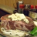 おかめ - [リブロース1kgステーキ]二日前からの予約制になります。塊のまま豪快に鉄板へ!お肉好きにはたまりません