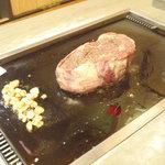 おかめ - リブロース焼いてます。片面に約5分かかりました。