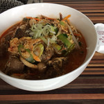 焼肉とんり - 「タンと牛スジのクッパ」は堂々単品で登場! スープはかなり少ないながら、具沢山で美味。 箸を所望すると割り箸がやって参ります。