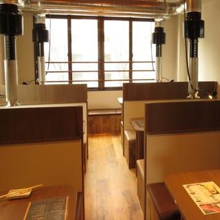 バリエーション豊富なテーブル席。使い勝手のいい焼肉店
